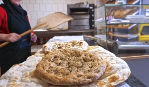 Turks bruin brood met nigellazaadjes