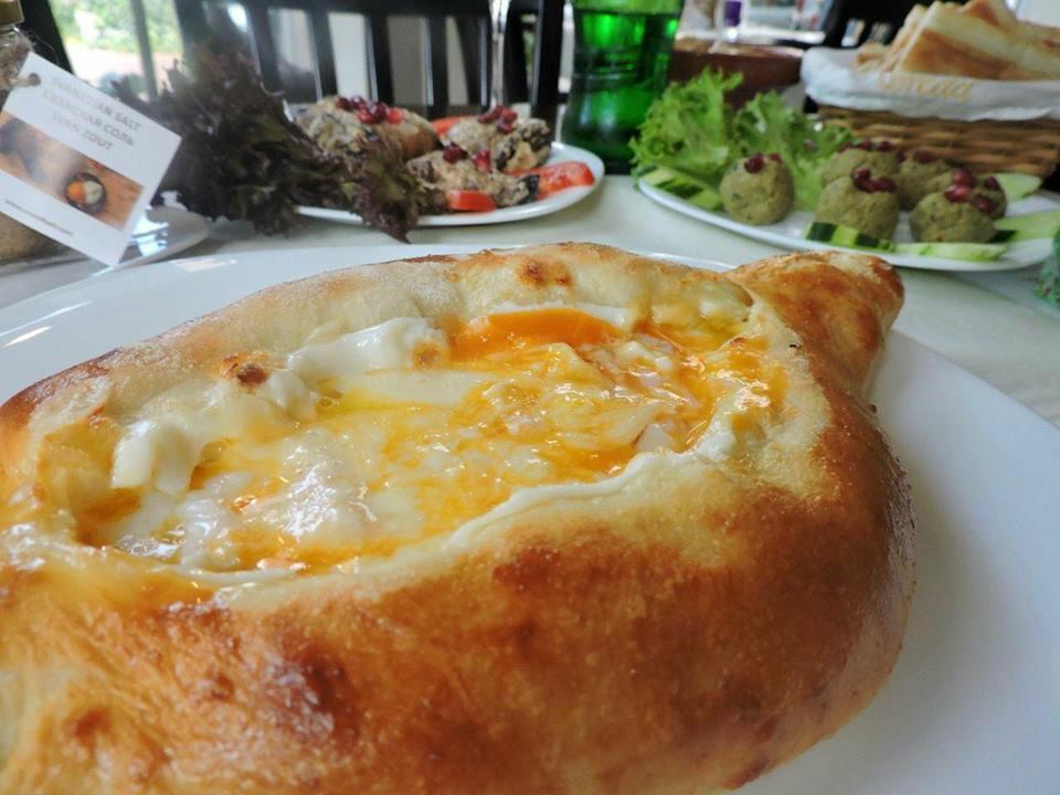 georgisch_restaurant_parijs_khachapuri_mooncake.nl